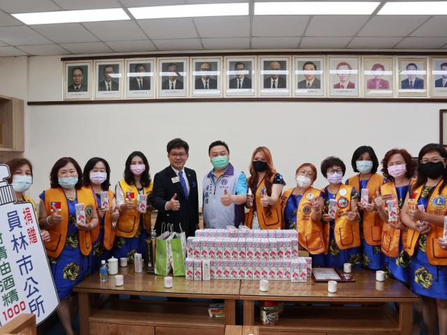 員林百果山國際獅子會捐贈1000瓶茶樹酒精。(員林市公所提供)