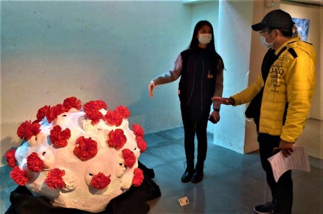 美術班學生朱韋臻「以藝抗疫」作品,傳達病毒的危害。