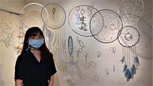 美術班學生陳思廷作品,傳達網住疫情噩夢。