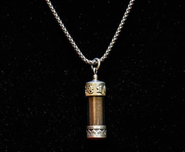 千年金絲烏木正能量項鍊,隨身攜帶保平安、驅邪護身、納福。(藏家真品會館提供)