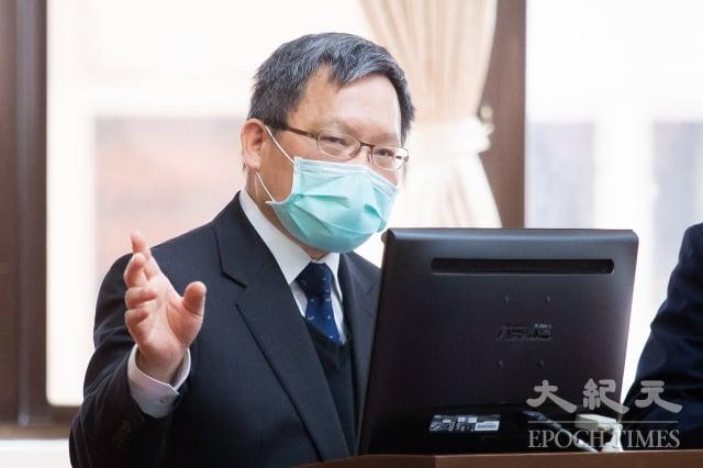 財政部長蘇建榮27日表示,今年5月報稅期間,擬比照郵局或銀行標準,沒有戴口罩或發燒就不能進入國稅局報稅。(記者陳柏州/攝影)