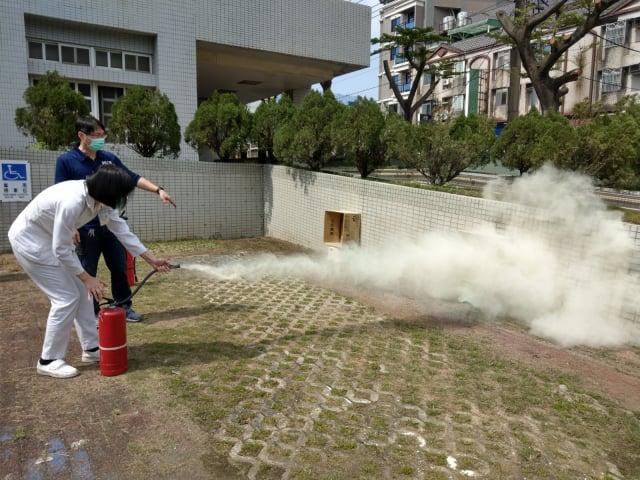 桃園療養院防災教育演練--滅火器實際操作。(桃園療養院提供)