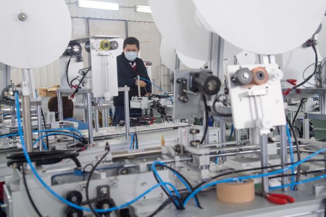 台灣口罩國家隊日前加緊趕工,打造口罩機台產線,5月中日產能將上看1,900萬片。(中央社資料照)