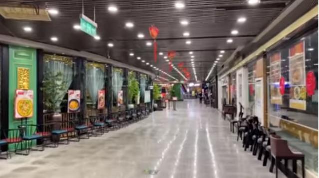 中國餐飲企業正陷入復工不復市的窘境之中。圖為廣州市海珠區的萬國奧特萊斯購物中心內,餐廳一片冷清。(網路影片擷圖)