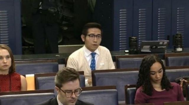 在上海東方衛視擔任記者的台灣人張經義(圖中穿白衣者),日前於白宮記者會,回應美國總統川普一句「我來自台灣」,引發關注。(翻攝白宮直播)