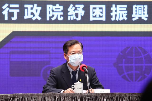 行政院30日下午舉行記者會,政務委員龔明鑫說明政府紓困振興方案執行進度。(中央社)