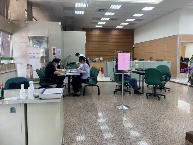 勞工10萬元紓困貸款30日起開辦,台北車站附近2家公股銀行都特別設置紓困專區提供服務,也有不少民眾正填寫申請單與服務人員諮詢。(中央社)