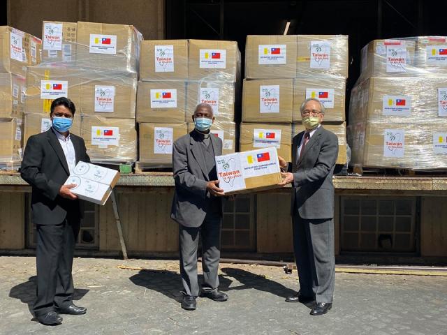 台灣捐贈友邦教廷的口罩4月30日運抵,我駐教廷大使與梵方共同舉行捐贈儀式。(駐教廷大使館臉書)