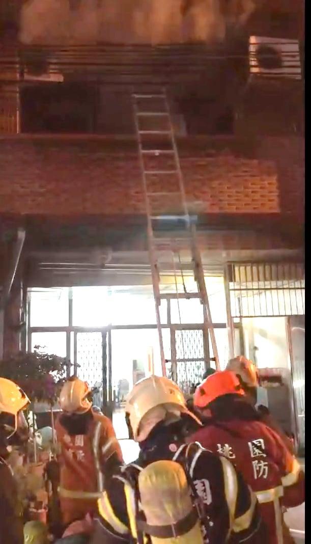 桃園龜山區一間透天厝發生火警現場濃煙密佈,立即射水搶救。