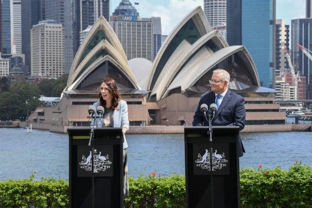 澳洲、紐西蘭等7個國家籌組聯盟,希望採取共同防疫標準,有條件的讓成員國的觀光客入境。左起紐西蘭總理阿爾登(Jacinda Ardern)、澳洲總理莫里森(Scott Morrison)。(James D. Morgan/Getty Images)