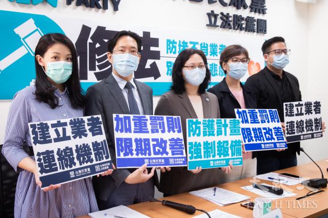 台灣民眾黨立院黨團4日召開記者會,呼籲錢櫃董事長練台生出面致歉、說明真相,並提議修正《消防法》,在「限期改善」前增加直接處罰。(記者陳柏州/攝影)
