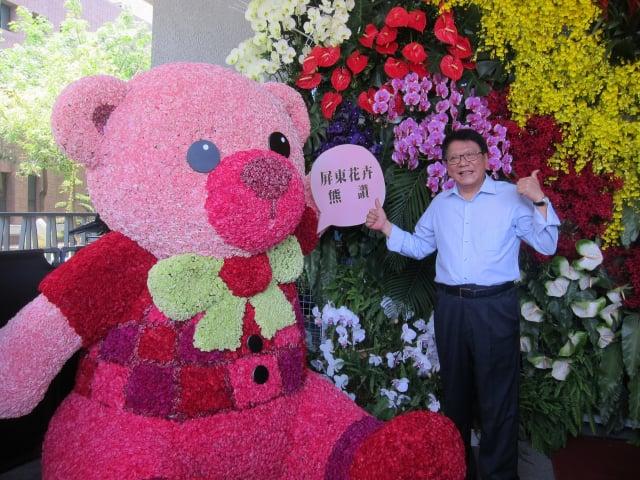 縣長潘孟安邀請大家多多選用屏東在地生產的花卉,協助花農渡過疫情難關。