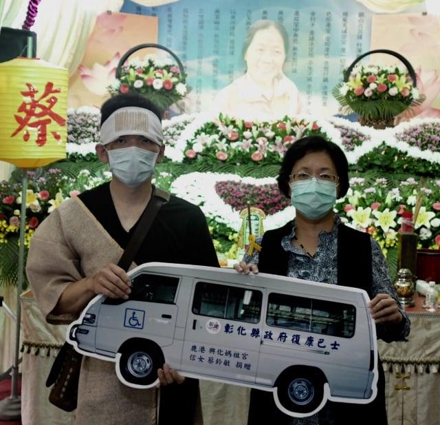 鹿港已故蔡小姐家屬代表捐贈康復巴士給彰化縣政府。(彰化縣政府提供)