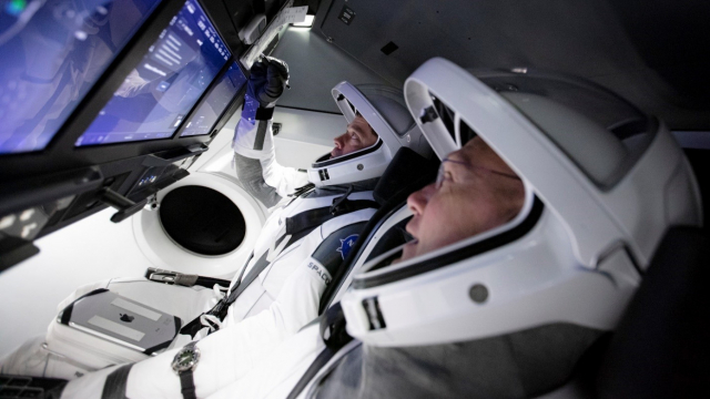 NASA太空人貝肯和赫利在龍飛船2號模擬器上訓練觸控螢幕操作。(NASA)