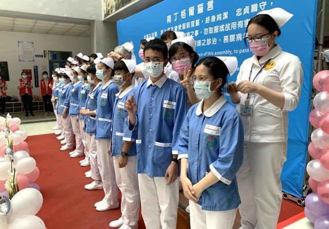 將赴醫療機構實習的二年級護生舉辦加冠典禮。