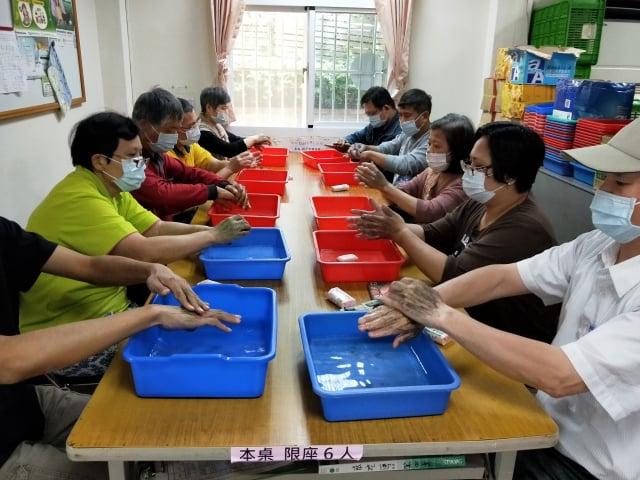 桃園療養院乾乾淨淨洗手賽,大家認真洗手。(桃園療養院提供)