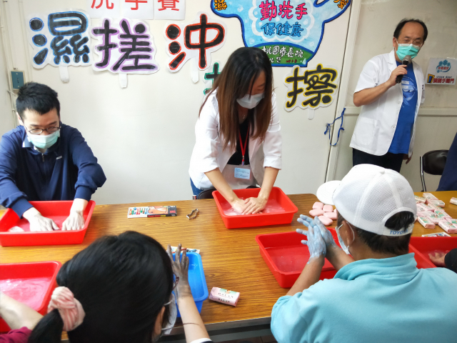 桃園療養院請學員練習洗手七步驟,內外夾弓大立腕的順序將病毒洗乾淨。