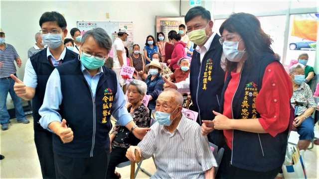 大石里長吳忠華6日特別邀請長輩到場受贈,105歲的韓伯伯也能健康出席會場。