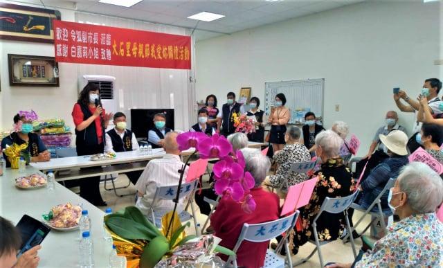 200件涼被、200份醫療用貼布及食品,6日由副市長令狐榮達分別轉贈給西屯區模範母親。