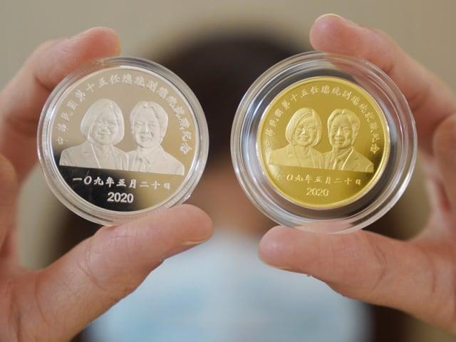 第15任總統就職紀念金幣,每枚銷售價高達新台幣5萬6千元。(中央社。)