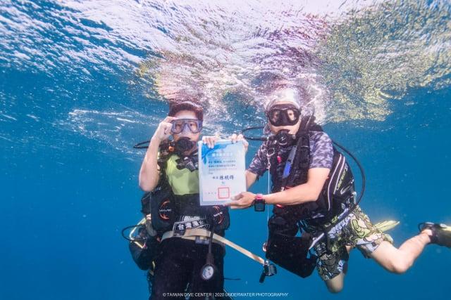 屏東縣墾丁國小首度舉辦海底畢業典禮,畢業生在台灣潛水的專業教練協助下,潛到5公尺深的海裡領取畢業證書。