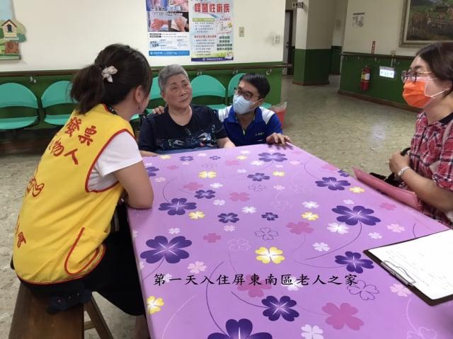 美姨(左2)今年4月順利轉到老人之家居住。(創世基金會提供)
