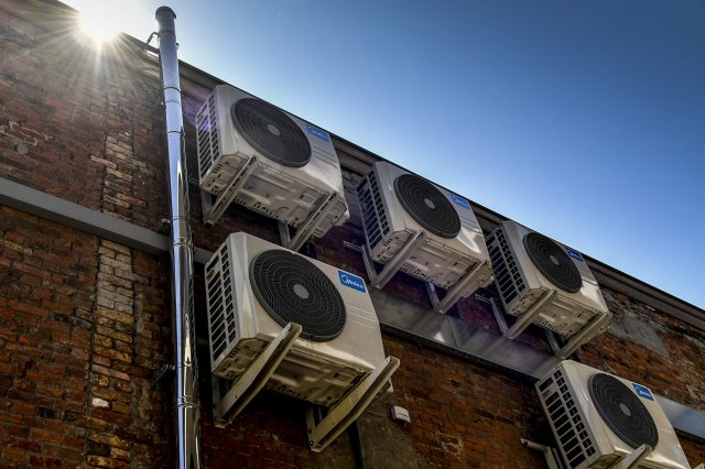 冷氣和電風扇是高溫天氣中常見的起火源。(DIRK WAEM/AFP via Getty Images)