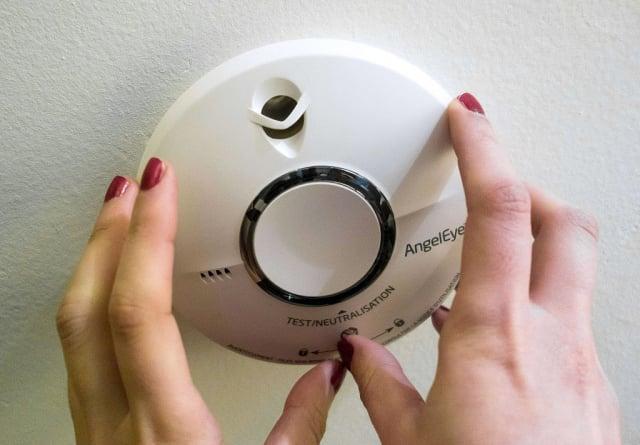 萬一不幸發生火災,家若有安裝「住宅用火災警報器」(住警器)可及早發出警告。(PHILIPPE HUGUEN/AFP via Getty Images)