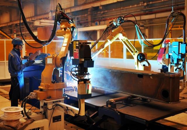 製造業紓困,主要申請業別以金屬機電業280家占大宗、員工數約1萬4千多人。(AFP via Getty Images)