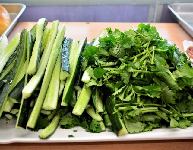 餡料除了燒肉、火腿、肉凍,還有小黃瓜條、香菜葉。(攝影/賴瑞)