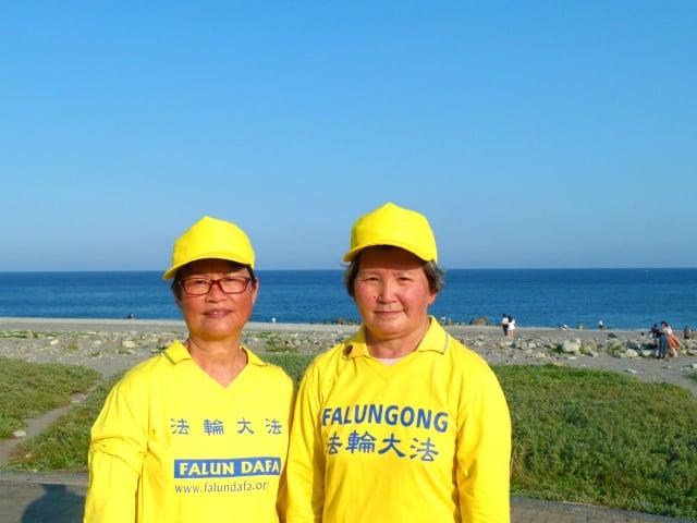 台東學員秋菊(右)與親家母繡淇(左)成為同修後,相互鼓勵精進。
