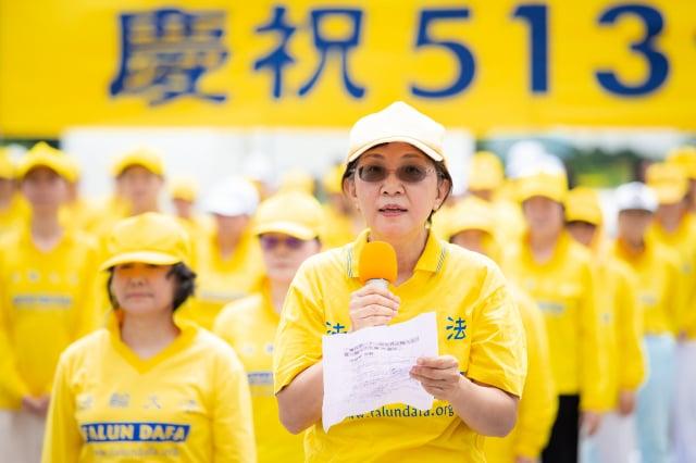 圖前為臺灣法輪大法學會理事長、臺大新聞所教授張錦華。(記者陳柏州/攝影)