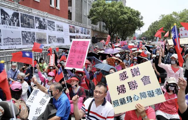 婦聯會未於期限內轉型為政黨遭廢止立案,11日上街抗議,上午從婦聯會集合後遊行到立法院,高喊「我要做公益、還我婦聯會」。(中央社)