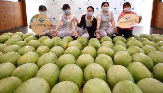 聯新國際醫院院內人員搶著和「西瓜田」合影,拍照時都異口同聲說「西瓜甜」!(記者徐乃義/攝影)