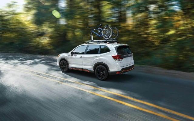在車頂上攜帶自行車後,會增加車的油耗。(Subaru.com)
