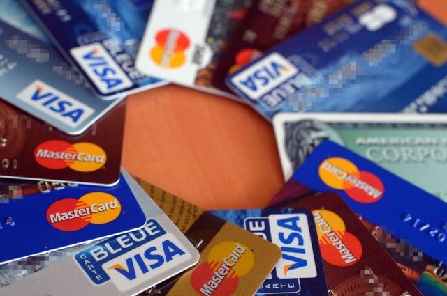 省錢的方法之一是將信用卡降級為免收費。(DAMIEN MEYER/AFP/Getty Images)