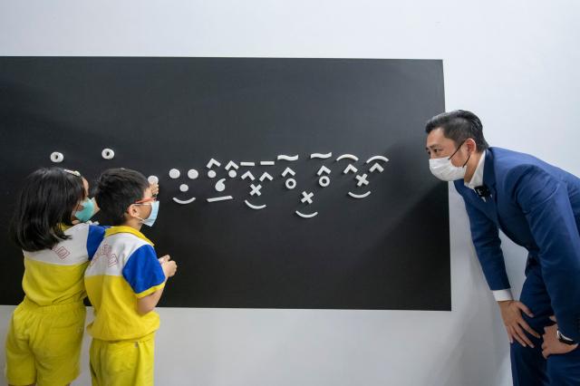 新竹市241藝術空間現正展出「像藝術家思考」,是一檔特地為親子家庭設計的互動式展覽。(竹市府提供)
