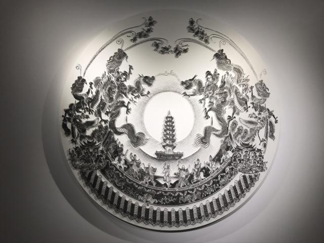 藝術家陳浚豪以裝潢用的特殊木工蚊釘槍當畫筆,一針一針釘出看起來像水墨畫的釘畫,也首次嘗試與在地文化有關的主題「都城隍」,並融合現實與想像元素,搭配光影照射出這幅特殊的畫作。