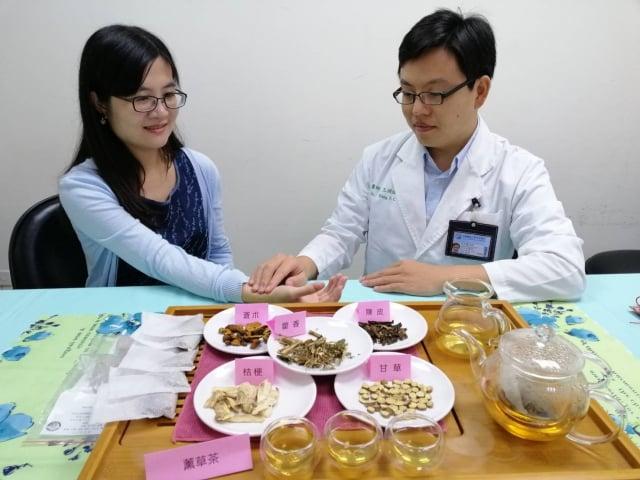 中醫師建議使用一些芳香化濕的中藥行氣血、逐寒濕,有助調整人體免疫力;或配戴芳香化濕的「薰香囊」。(中國附醫提供)