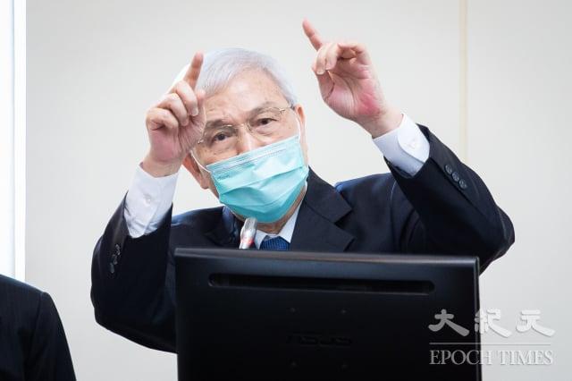 中央銀行總裁楊金龍14日表示,國內的經濟復甦型態應該會是「NIKE的勾型」,第二季有望是谷底,還要再觀察。(記者陳柏州/攝影)