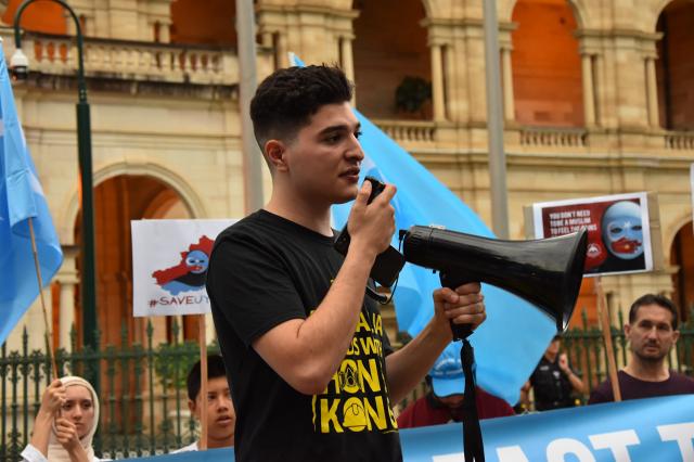 圖為2020年1月11日下午,巴夫魯在昆士蘭議會大樓前發起集會,要求中共停止對維吾爾人的大屠殺。(記者楊裔飛/攝影)