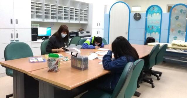 桃園療養院運用藝術治療元素融入認知教學。(桃園療養院提供)