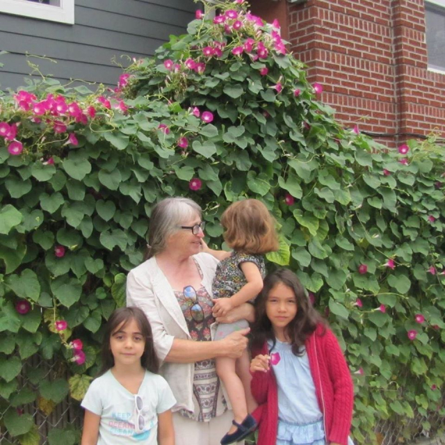 Cathy Brochet和她的三個外孫女。(Cathy Brochet提供)