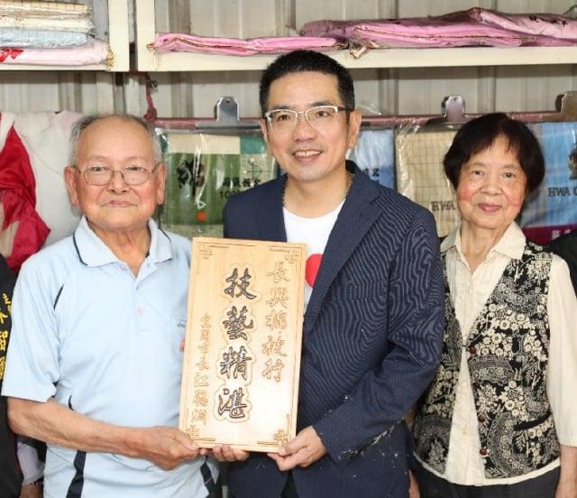 「長興棉被行」,經營者林錫杉老師傅獲宜蘭市長贈匾。(宜蘭市公所提供)