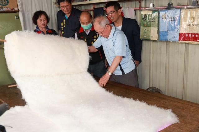 林錫杉老師傅打造傳統棉被已經有一甲子歲月了。(宜蘭市公所提供)