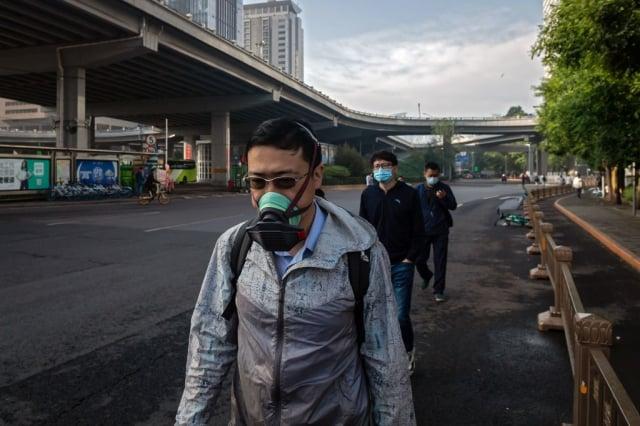 澳洲專家推測,北京不太可能蓄意放出病毒,因為這會損害中國經濟。圖為5月22日北京街頭。(AFP via Getty Images)
