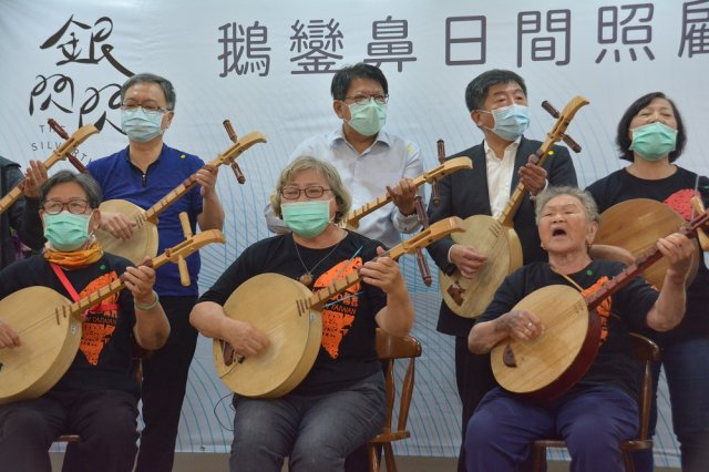 衛福部長陳時中到屏東鵝鑾鼻日照中心進行揭牌,與在地月琴樂團一起表演。
