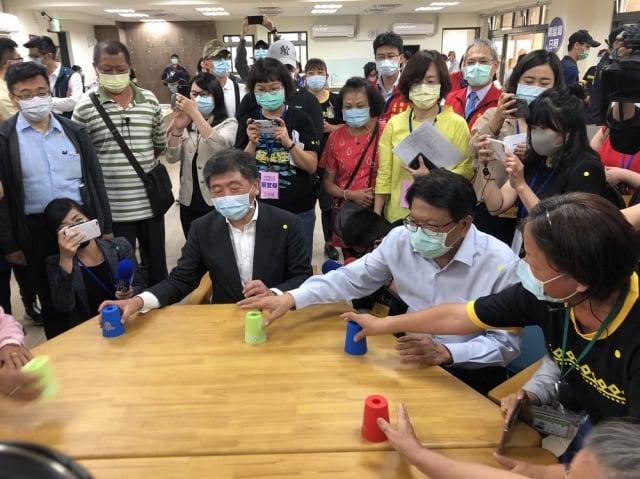 衛福部長陳時中到屏東鵝鑾鼻日照中心進行揭牌,與社區長者同樂。