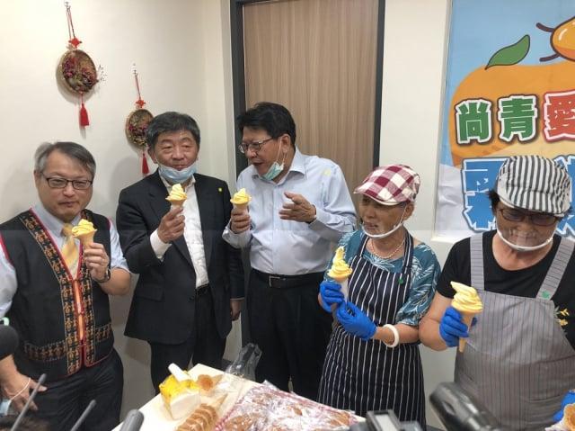 衛福部長陳時中(左2)到屏東鵝鑾鼻日照中心揭牌,並品嘗在地芒果冰淇淋。(屏東縣政府提供)