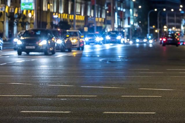 夜間開車之前,請避免服用會使你昏昏欲睡的藥物。甚至你吃的東西都有影響。(123RF)